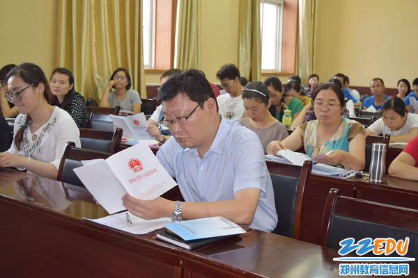 yzc88亚洲城官网副校长王磊带领大家一起学习《条例》_副本