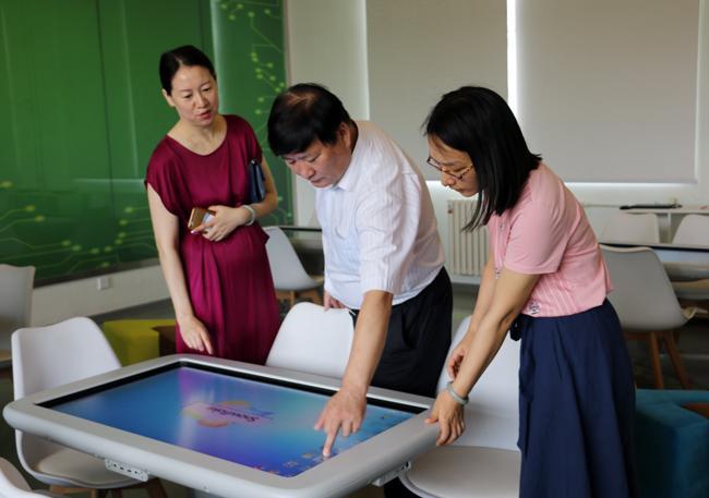对未来教室的先进设施进行体验