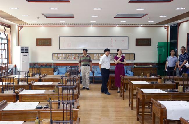 视察学生发展中心的国学大课堂