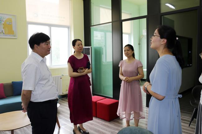 在参观心理发展中心时,王局长和两位心理老师进行了亲切交流