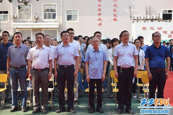 郑州三中全体九年级师生一起歌唱国歌_副本