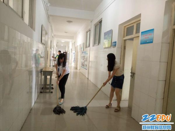 认真打扫教室内外卫生