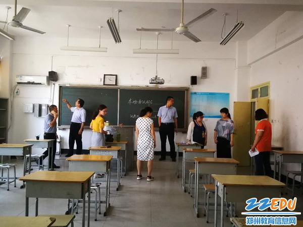 领导班子逐个验收考场布置
