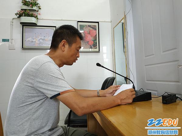 01  姚华伟副校长在散学典礼上进行暑假安全教育
