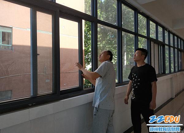 03 总务处朱澄均主任带队检查实验楼窗户玻璃安全,防止高空坠物