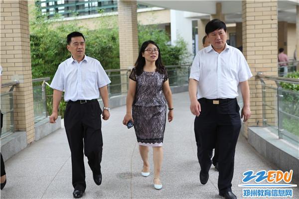 郑州市教育局党组书记、局长王中立一行到郑州十一中走访慰问老党员