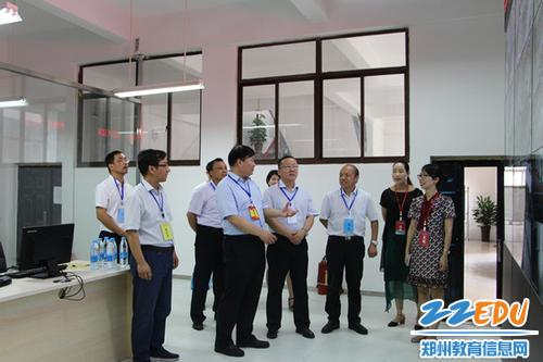 郑州市教育局党组书记、局长王中立等领导在视频监控室巡视