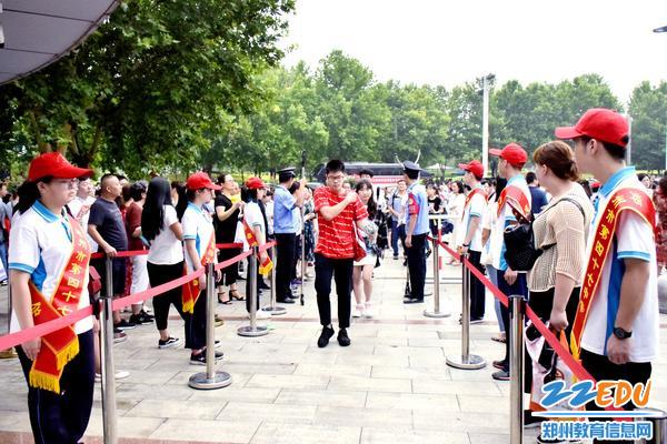 47中学生志愿者欢迎考生进场