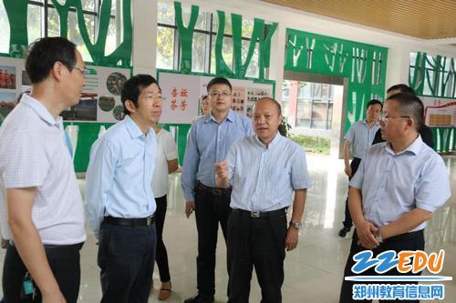 1.局长田国安等领导介绍学校基础设施建设