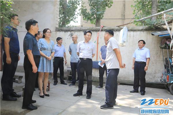 李主任慰问困难党员教师 (2)