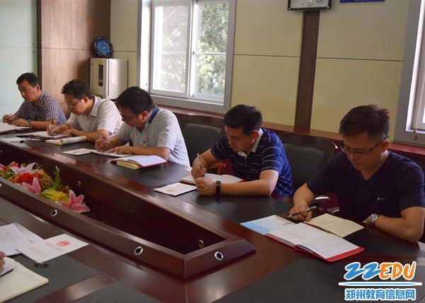 郑州三中中层党员干部认真做好记录_副本
