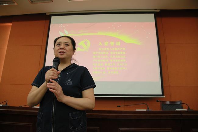 4.培训班班长郑州市教育局幼教发展中心主任李建梅布置讨论工作