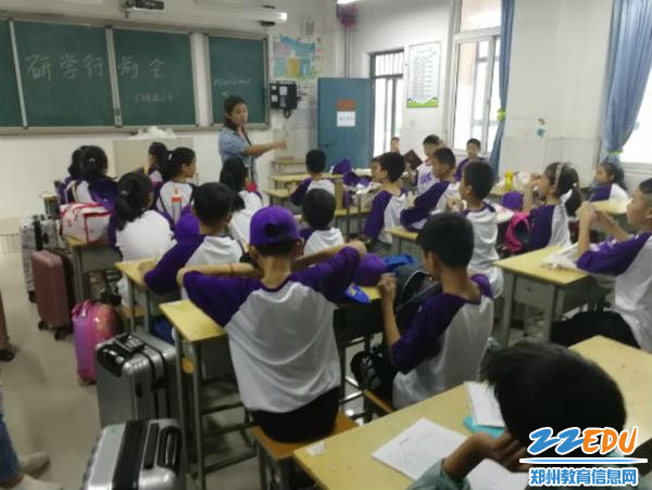 1王嘉林老师在为椿燕们分组
