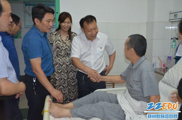 局党组副书记张俊航代表局党组慰问马瑜林老师