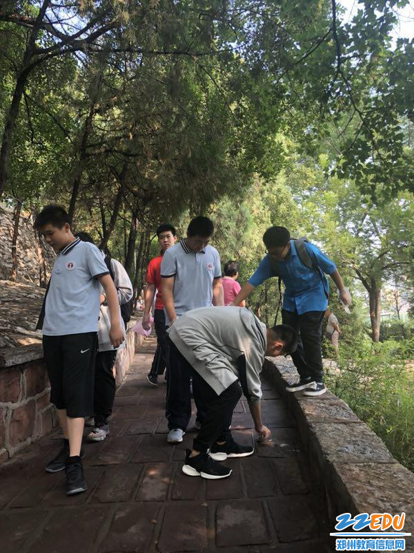 在紫荆山公园捡拾垃圾,心系责任
