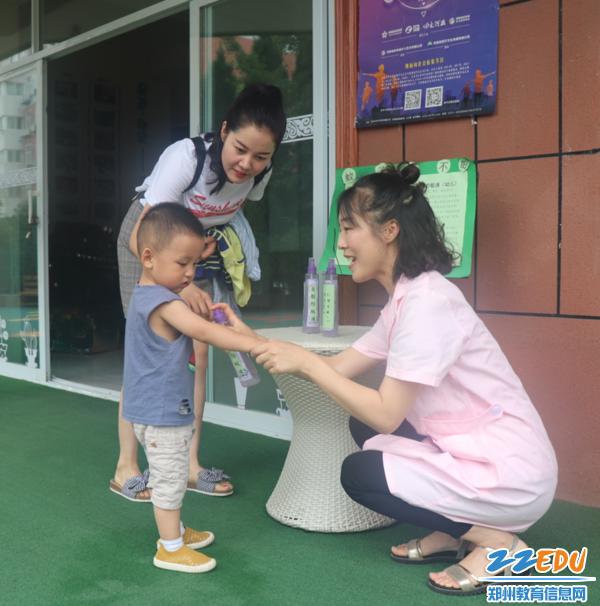 参观前,保健医为小朋友喷自制防蚊药