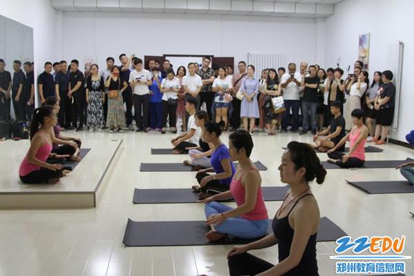参观社区健身活动中心瑜伽表演1