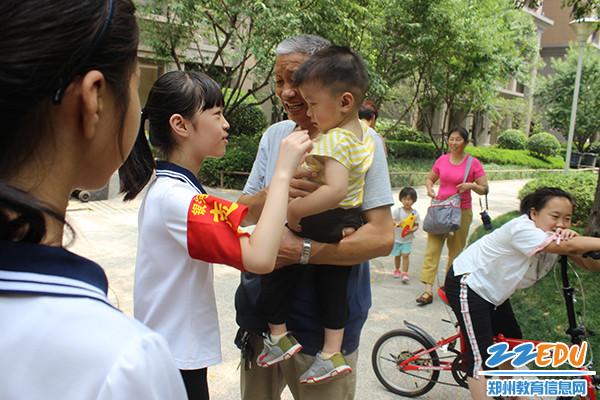 学生慰问老人及他的孩子,并送上他们的祝福 (1)