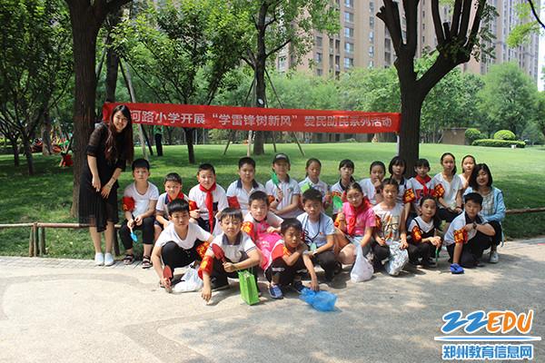 银河路小学师生一起参与社区实践活动