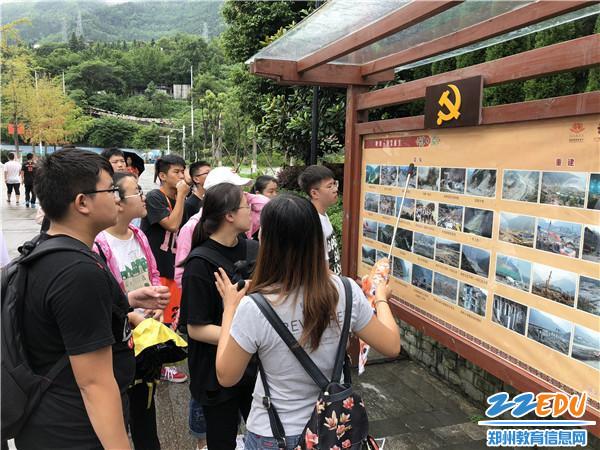 参观汶川重生纪念墙