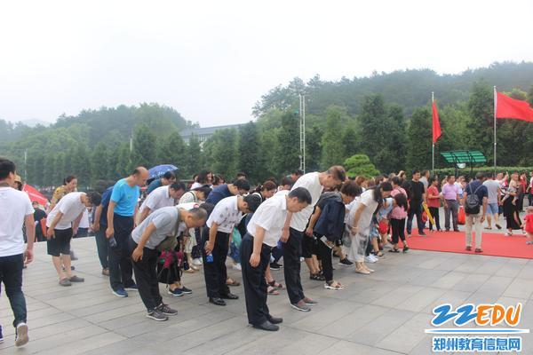 全体党员向毛主席铜像三鞠躬