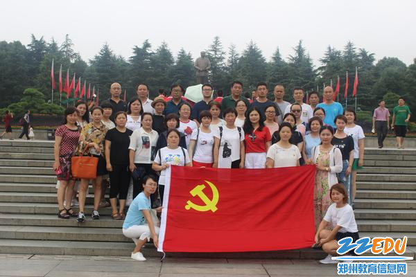 毛主席铜像前合影