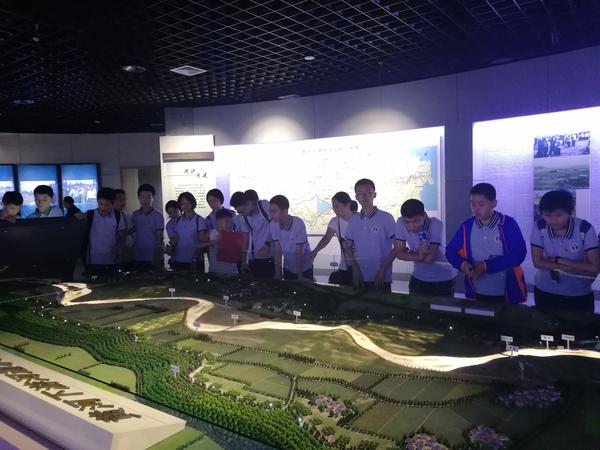 同学们观看黄河流域模型