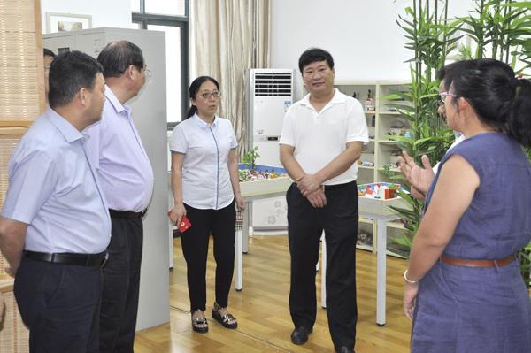 02王中立一行参观郑州23中心理咨询室