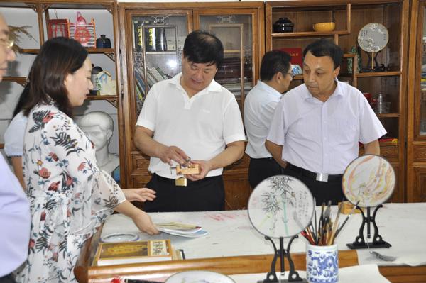 03王中立欣赏墨韵轩国粹社学生的篆刻作品