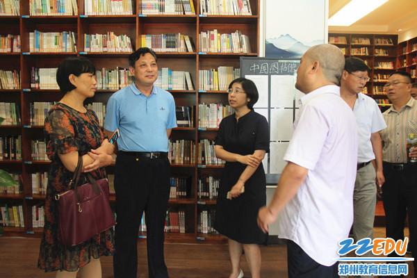 考察团参观图书馆