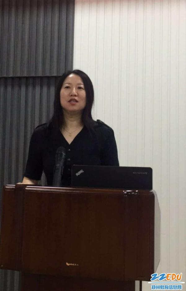 3.郑州三十四中易峰校长对工作汇报沙龙和现场教学进行指导