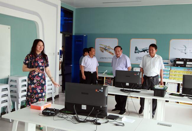 局领导一行参观了学校的社团活动室