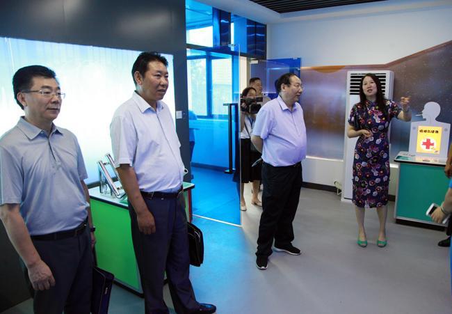 局领导一行参观了学校的学生发展中心
