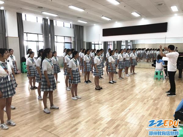 1郑州19中星空合唱团来到遵义师范学院音乐厅排练