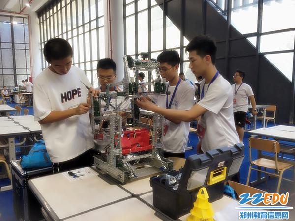 郑州二中参赛队员赛前检修机器人
