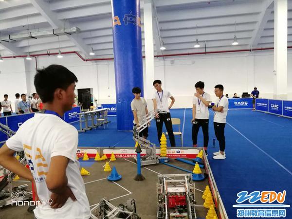 郑州二中在中国青少年机器人竞赛VEX竞赛现场