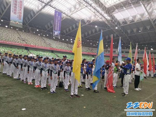 参赛队伍列队参加开幕式