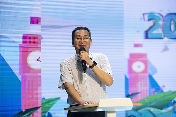 郑州市教育局党组成员、副调研员王巨涛致辞。