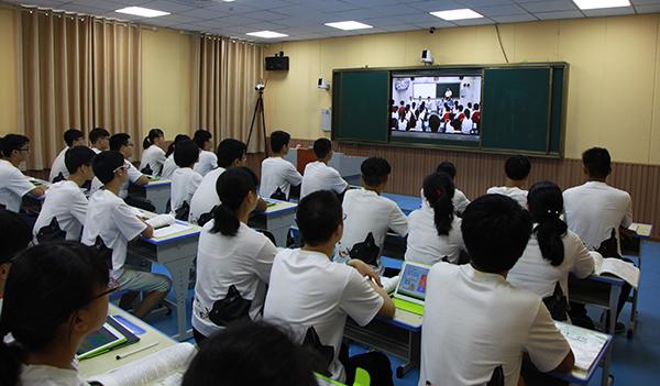 1.      8月27日上午,郑州市第七中学与三门峡市卢氏县第一高级中学通过视频直播系统,借助AiClass云课堂实现双向互动课堂,实现两个相距300公里的班级同上开学第一课。