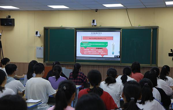 9.      由郑州七中教师主讲的化学课,图为卢氏一高课堂现场。