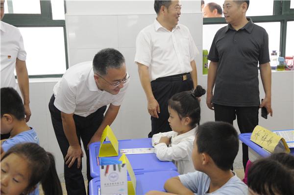 市长张红伟深入教室与学生亲切交谈