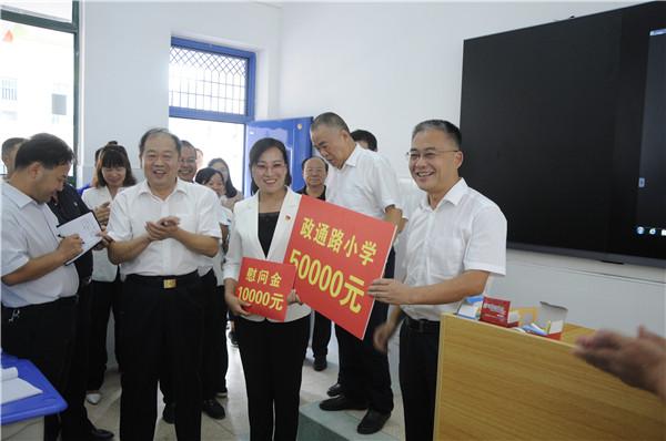 市长张红伟为新建学校送上助学金和慰问金