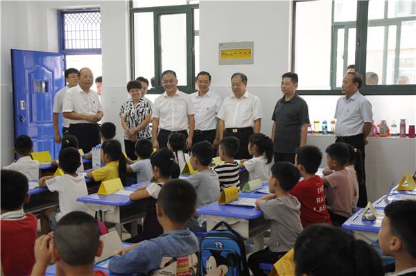市长张红伟在新华路小学查看学生入学情况