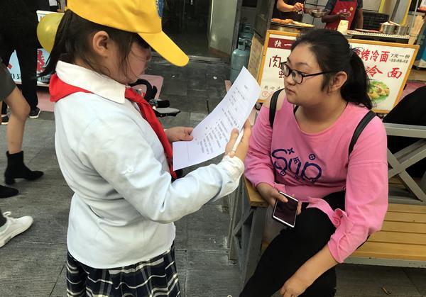 我们正在采访调查路人垃圾分类知识和《郑州市文明行为条例》知晓率