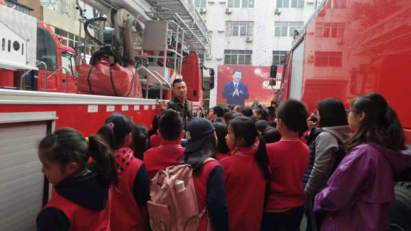 优胜路小学师生走进消防队参观学习109