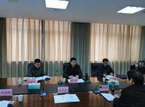 郑州市安委会第七考核组组长市安监局党组成员李鹏讲评郑州市教育局安全生活目标完成情况。
