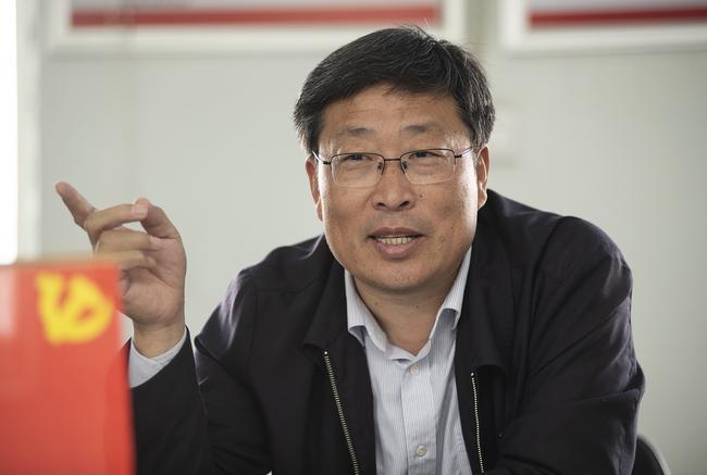 郑州市教育局党组副书记、常务副局长刘鹏利带领大家上党课。