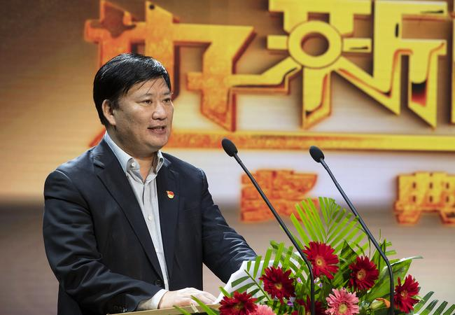 郑州市教育局党组书记、局长王中立致辞。