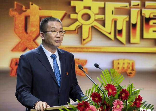 郑州市教育局党组成员、副调研员王巨涛宣读表彰文件。