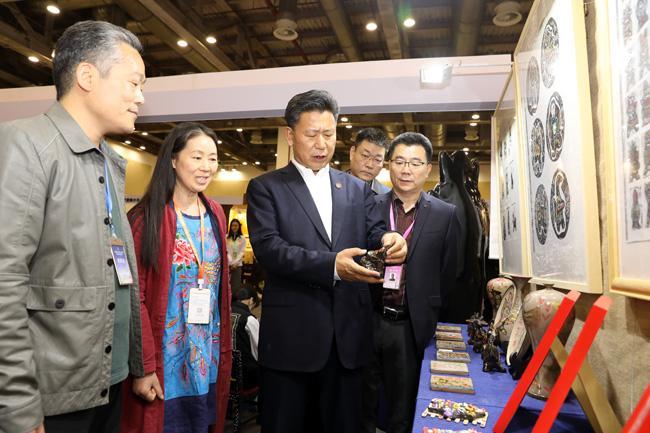 教育部体育卫生与艺术教育司司长王登峰等领导到二七区艺术小学展位观展